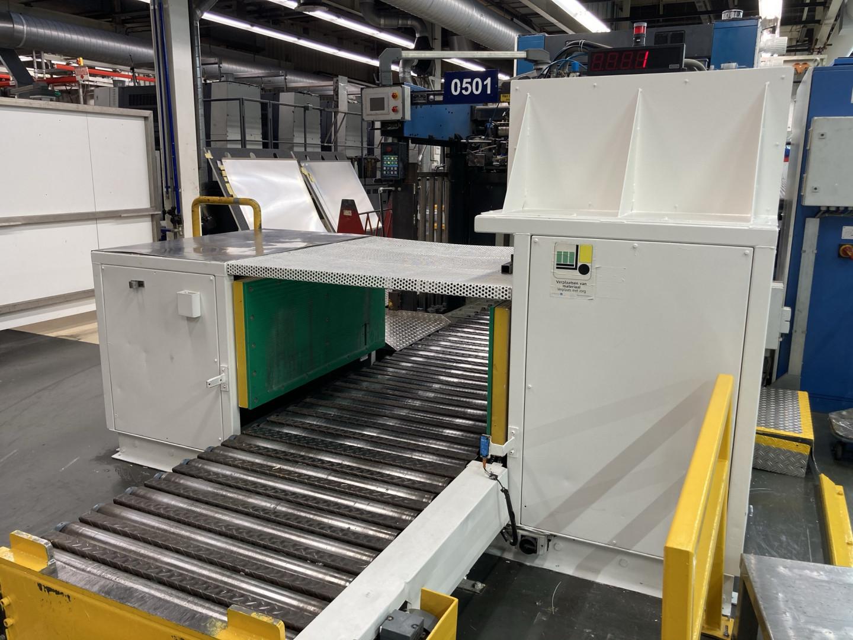 Pile straightener with motorized feed conveyor